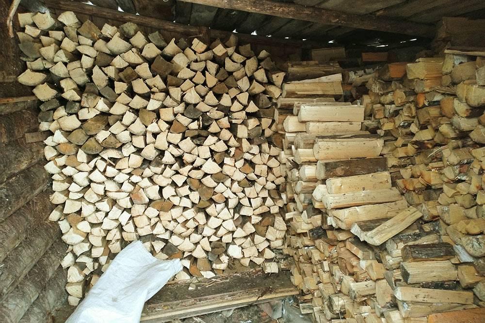 Дрова в дровнике лежат в три ряда