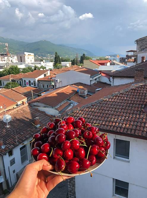 Я часто покупала у местных фрукты и ягоды. Мы ужинали ими на балконе своей съемной квартиры