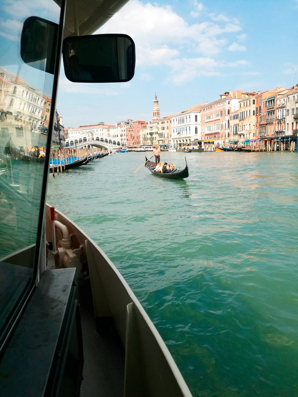Поездка на водном трамвае вапоретто по Гранд-каналу обошлась в 7,5€ (532<span class=ruble>Р</span>). Какие виды открываются на город с воды!