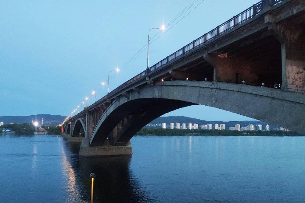 Коммунальный мост кажется изящным, и только подойдя близко, понимаешь, насколько он огромный