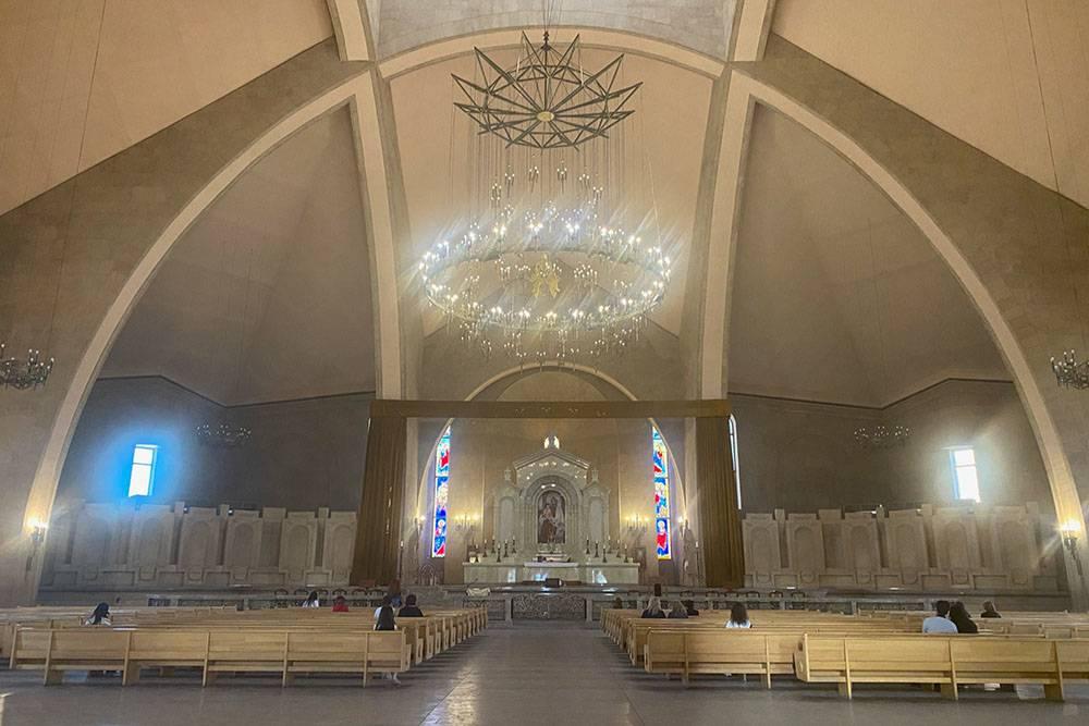 Внутри собор простой, безизысков, но элегантный