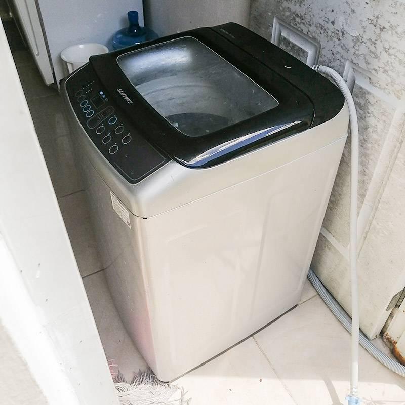 Наша машинка относительно современная. В большинстве домов стоят агрегаты с двумя баками: квадратным длястирки и круглым дляцентрифуги. Вроде тех, от которых в России отказались 20 лет назад