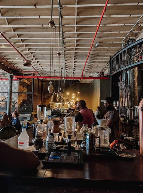 Еще здесь продают приспособления длязаваривания кофе. Фото: Ульяна Грушина