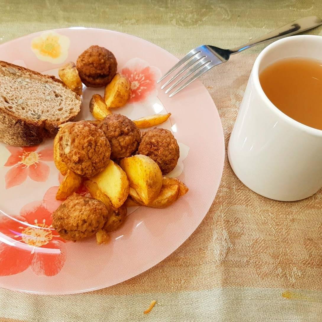 Ужин — замороженная еда, хлеб, стакан яблочного сока