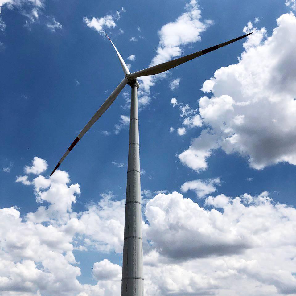 Огромные ветряки впечатляют