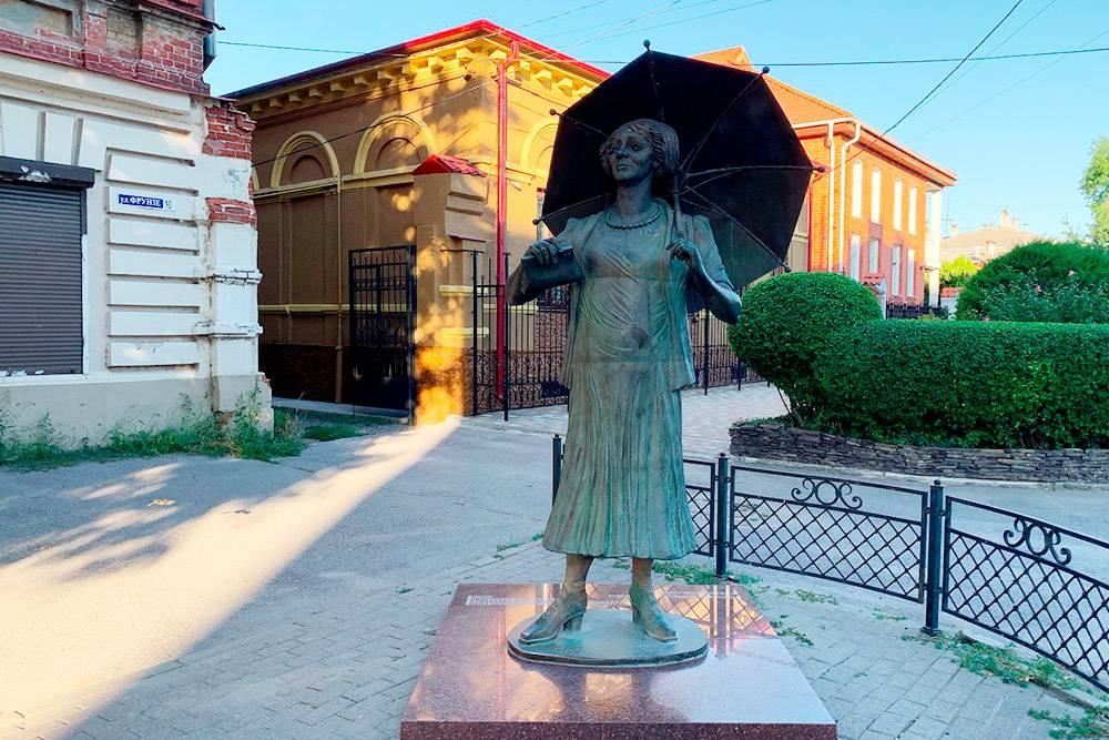 Памятник Фаине Георгиевне неподалеку от кафе «Фрекен Бок» — актриса, известная своими ироничными высказываниями и комедийными ролями, родилась и провела детство в Таганроге