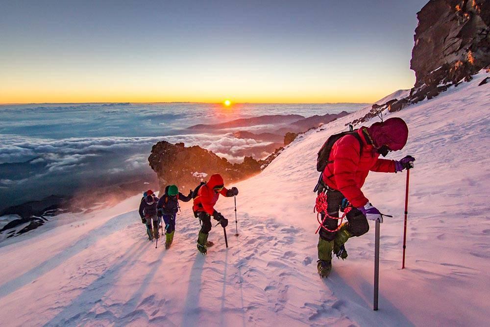 Это восхождение на Эльбрус: высота 4700метров, температура −10°C , ветер 7—14 м/с, снежная крошка бьет по лицу