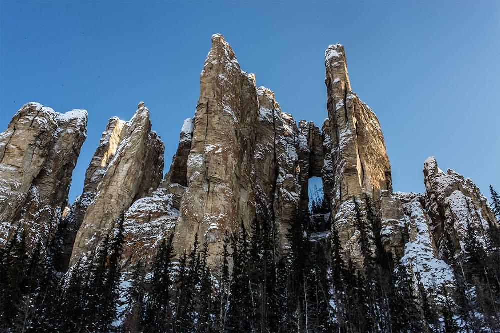 Ленские столбы — это скалы причудливой формы высотой 200—300 метров. Они тянутся вдоль реки Лены на десятки километров. Таких образований больше нет в России