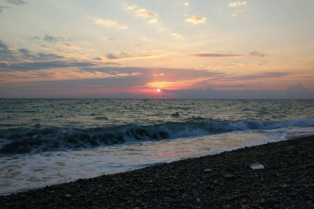 Закат на Черном море в Кобулети. Пляжи галечные, как и в Батуми