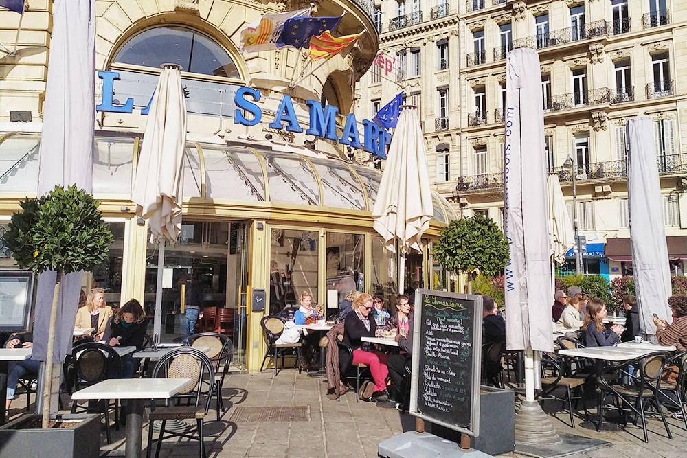 Во Франции все заведения общепита обязаны вывешивать на входе свое меню, чтобы человек сразу понял, по карманули ему обед в этом месте. Очень удобная система — помогает избежать многих неловких ситуаций