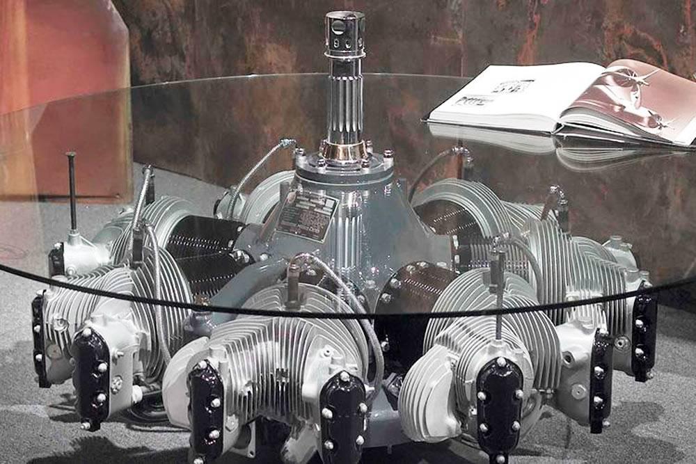 Журнальный столик из двигателя самолета компании Motoart. Фото: Motoart