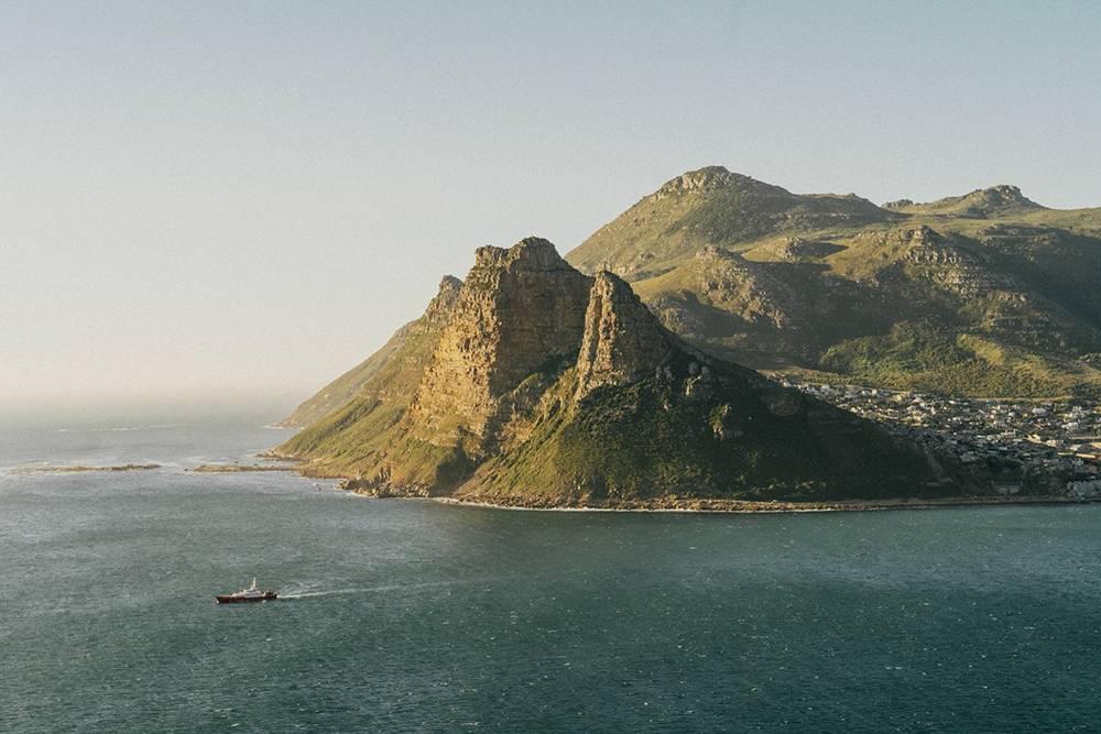 Вид на пригород Кейптауна Хаут-бэй со смотровой площадки на дороге