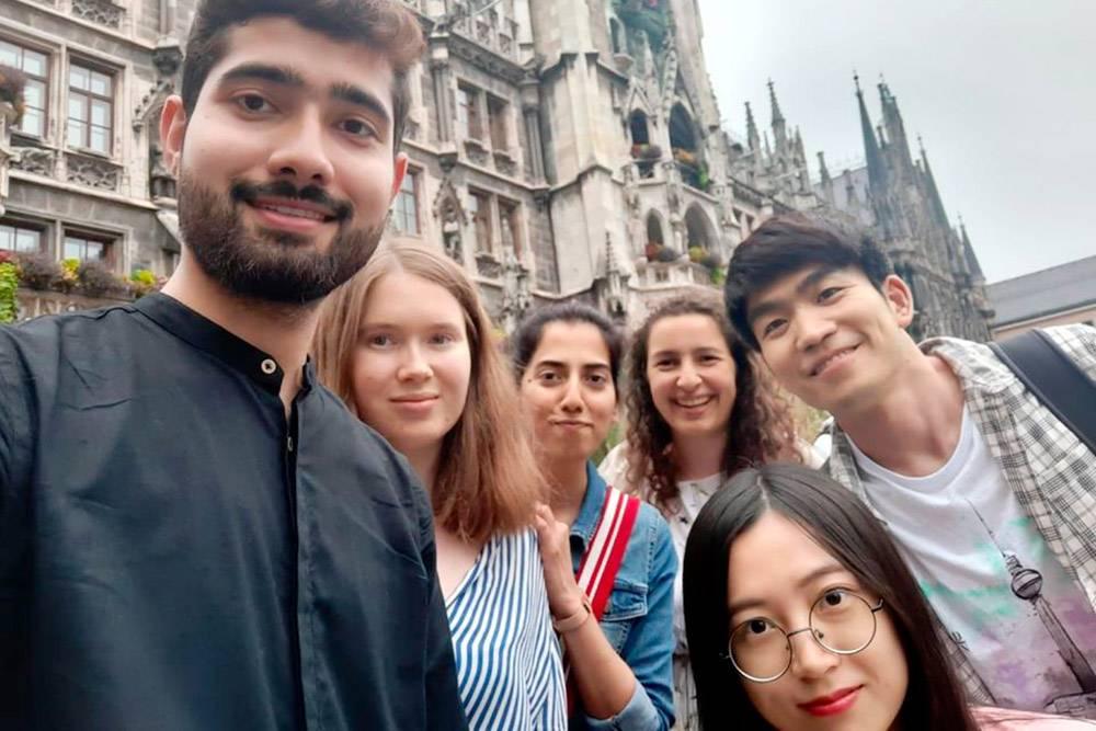 Я вместе с международными участниками летней школы
