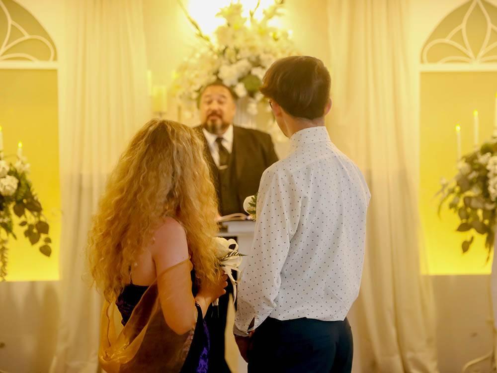 После церемонии с Элвисом происходит еще одна, на этот раз официальная регистрация брака