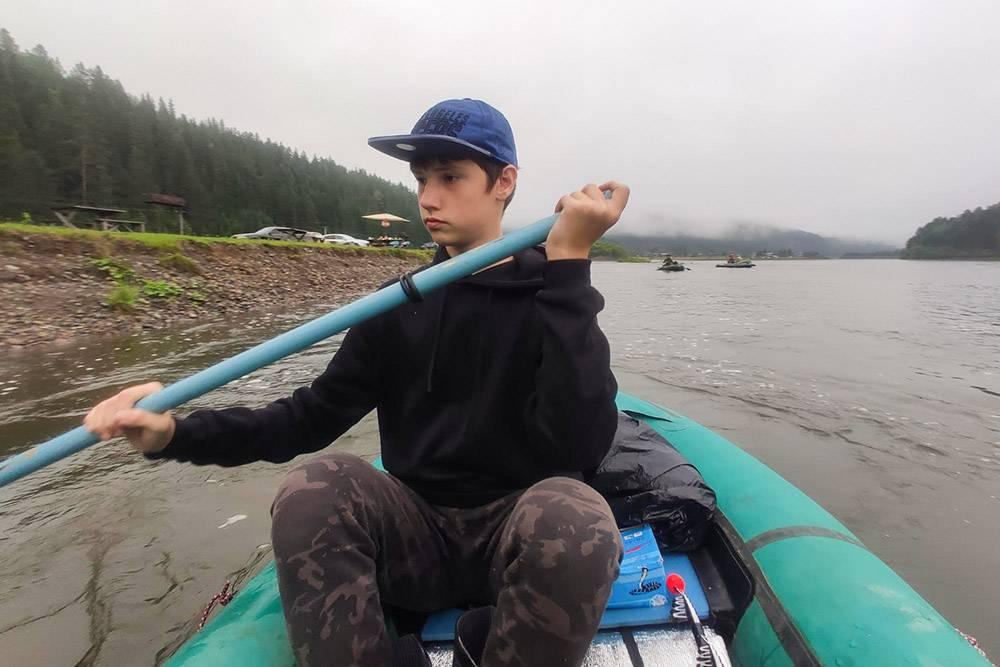Мой сын управляет лодкой, пока я наслаждаюсь видами и фотографирую его. За нами плывут друзья