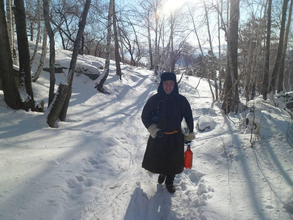 Это я в национальной верхней одежде — дэле — пошел на сопку за родниковой водой. Мне очень жарко, хотя на улице −30 °C