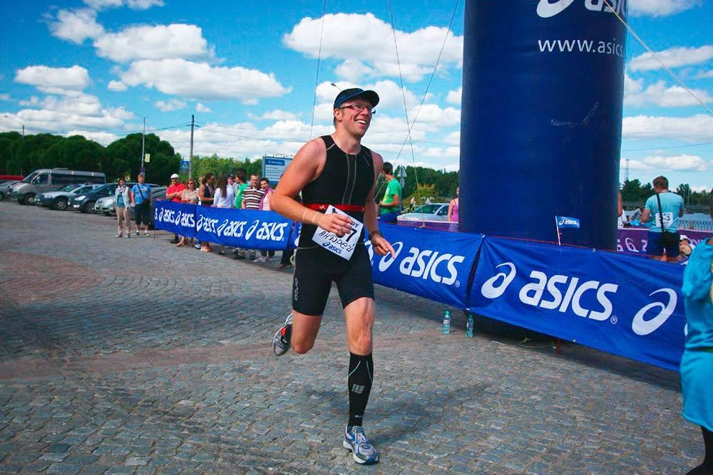 Финиш моего первого полуайронмена в октябре 2012. Плавание — 1,8 км, велосипед — 90 км и бег — 21 км. Справился за 5 часов 53 минуты