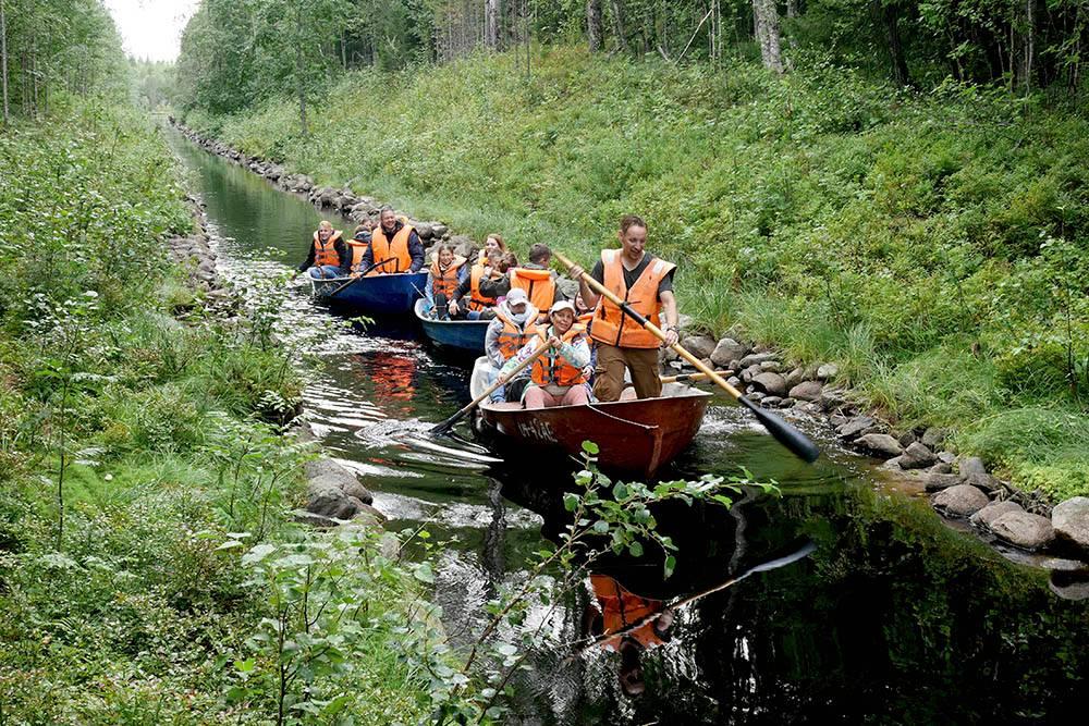 Некоторые каналы настолько узкие, что по ним можно проехать на лодке, только гребя одним веслом, как на каноэ. Фото: Виктор Шичанин