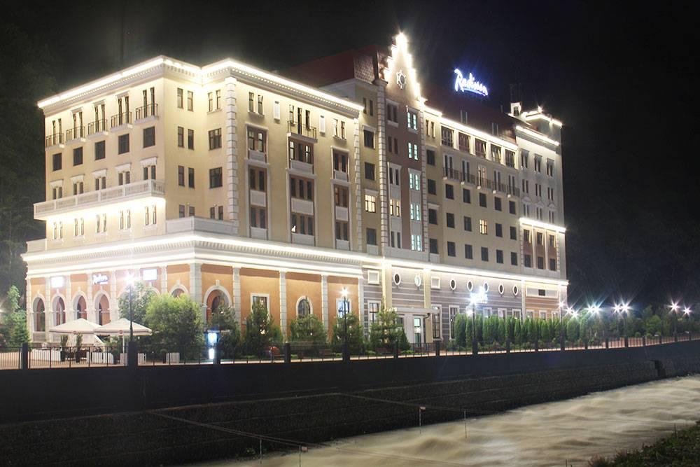 Radisson — единственный пятизвездочный отель на курорте «Роза Хутор» в Сочи. На крыше есть терраса с бассейном и бар. Стандартный номер стоит от 8500<span class=ruble>Р</span> или&nbsp;44 000&nbsp;баллов