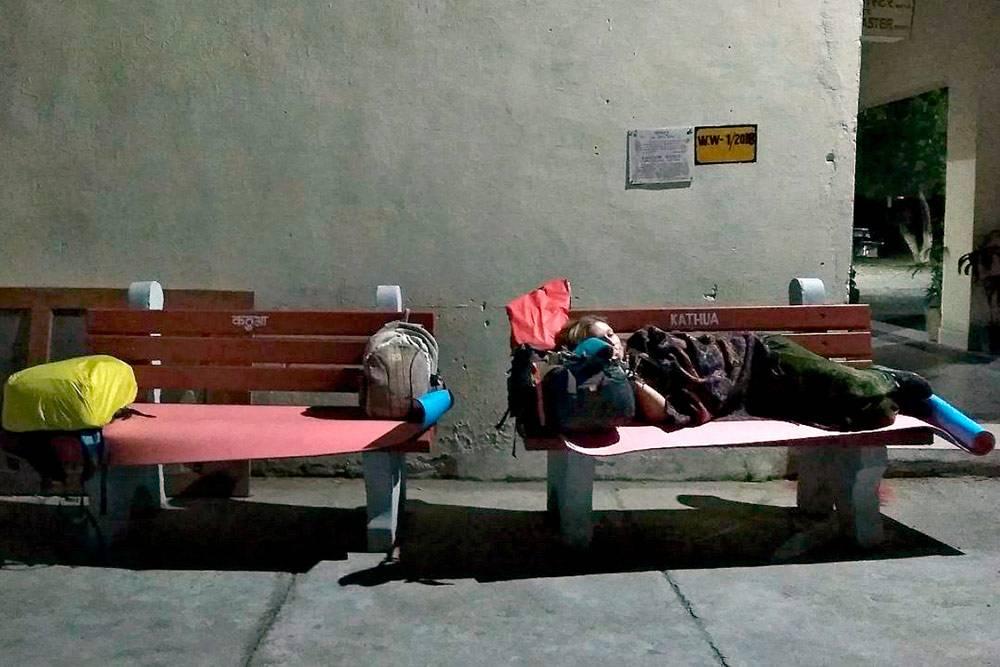 Станция в Кашмире, где мы спали у офиса главного диспетчера. Под утро он открыл для нас вип-комнату для ожидания