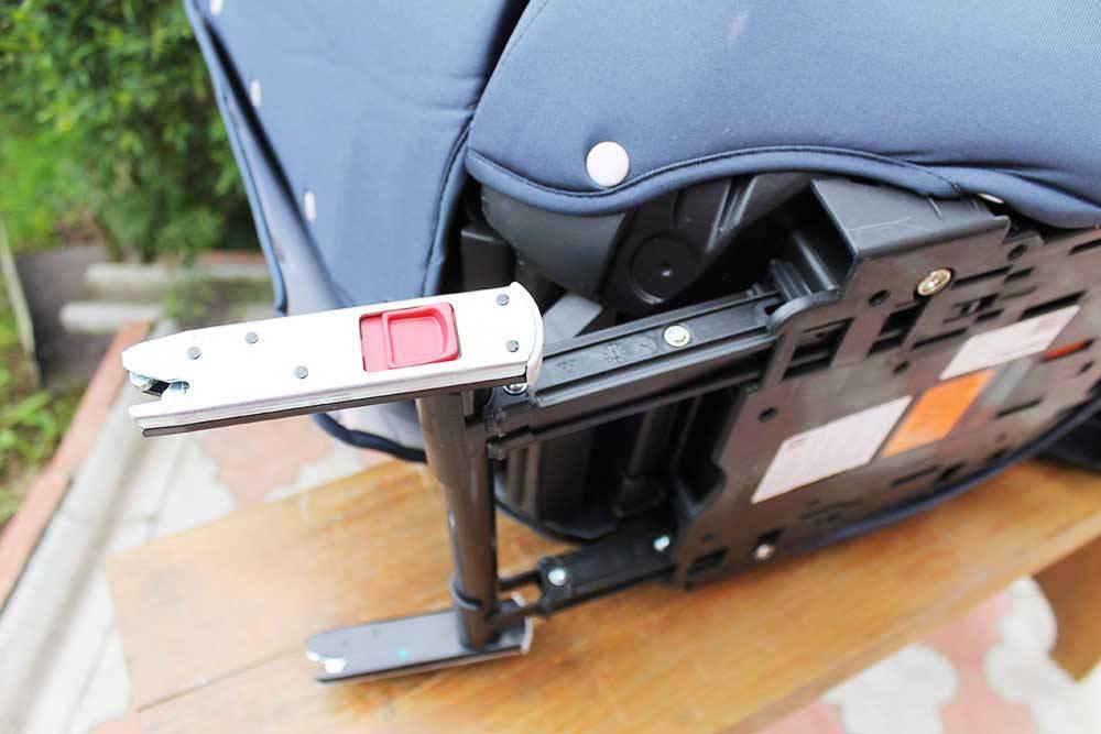 Изофикс со стороны кресла напоминает автомобильный замок — аналогичная конструкция фиксирует двери автомобиля и крышку багажника. Здесь замки защелкиваются на скобах изофикс