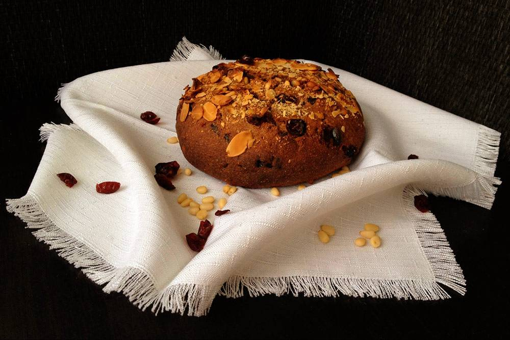 «Рождественский» хлеб на ржаной закваске с добавлением ржаной, льняной и амарантовой муки, кедровых орехов, лепестков миндаля и вяленой клюквы