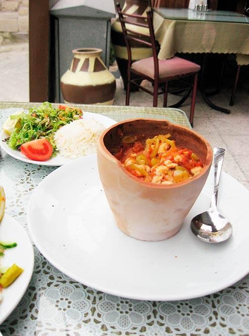 Традиционное каппадокийское блюдо — тести-кебаб. Иногда горлышко горшка могут закрыть шапкой из теста или просто фольгой, но самый правильный вариант — цельный горшок, который разбивают прямо при вас. Источник: Flickr