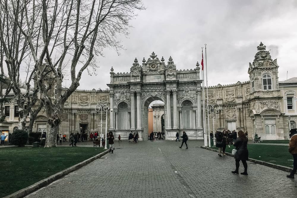 Кружевные ворота во дворец Долмабахче, на которых хочется разглядывать каждую деталь