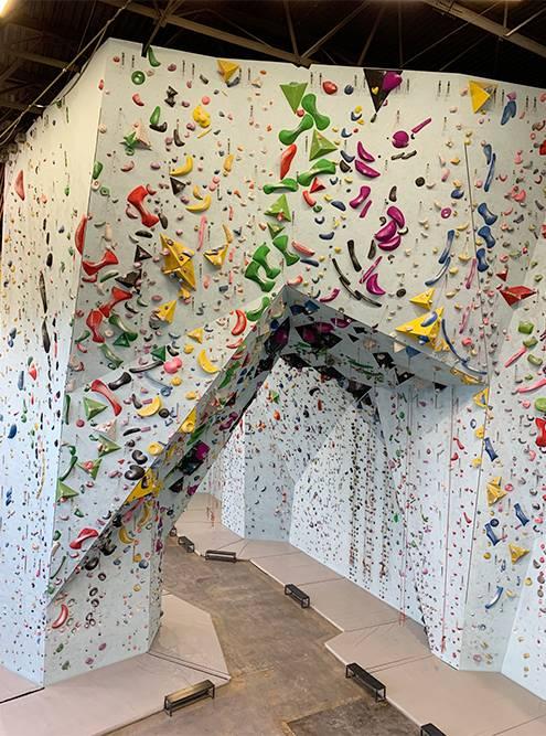 Создатели говорят, что «Северная стена» — самый большой скалодром России. Максимальная высота стены — 17 метров. Это пятиэтажный дом