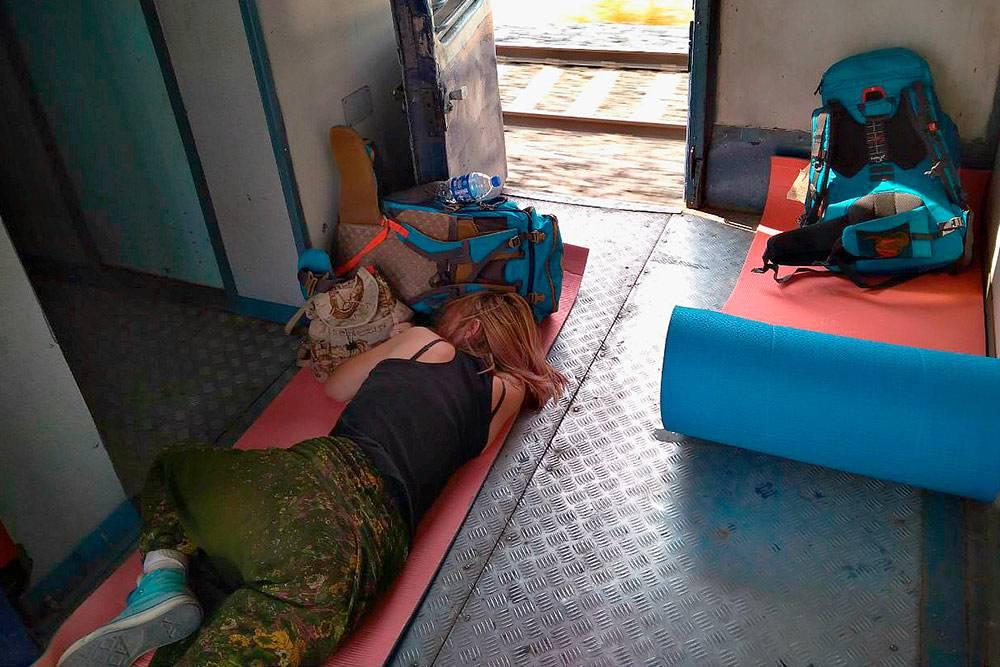 Иногда нам удавалось поспать несколько часов. Индийцы стараются аккуратно переступать через спящих. На земле здесь спят все — это не зазорно и не свидетельствует о бедности