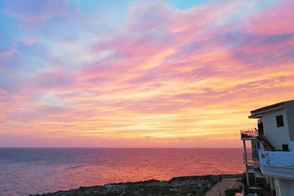 Солнце заходит с другой стороны острова, зато у нас отличные виды на рассветы и восходы луны