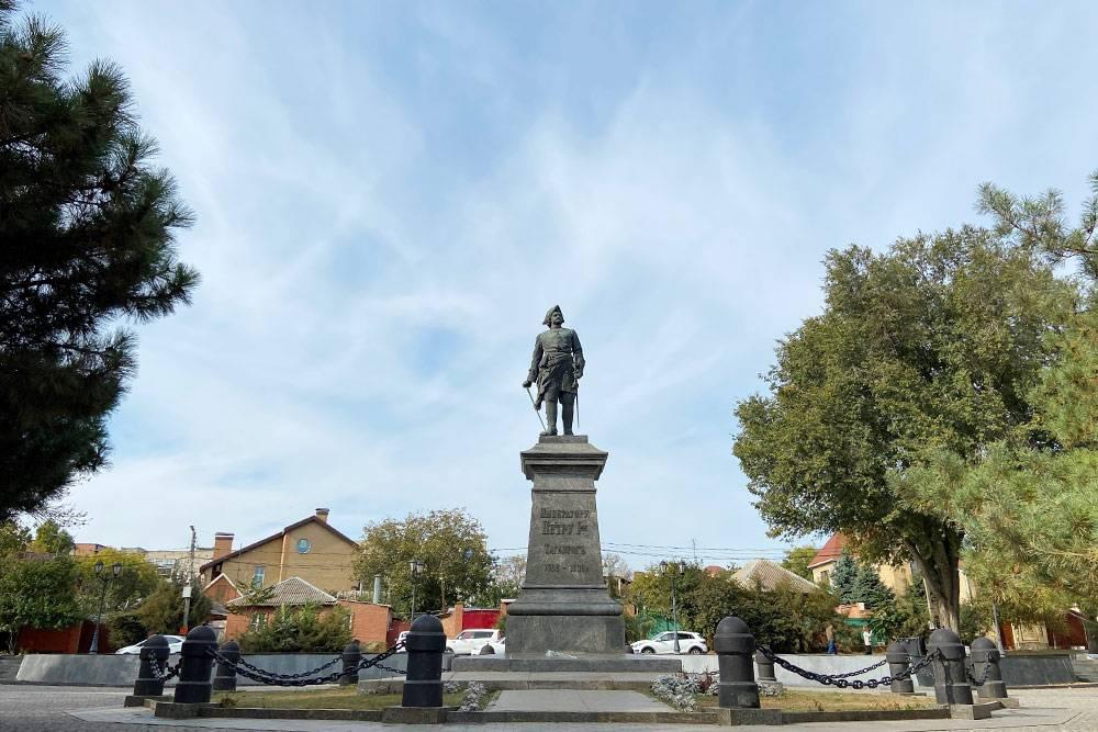 Таганрог основан в 1698году Петром Первым. В выходные возле памятника императору устраивают свадебные фотосессии