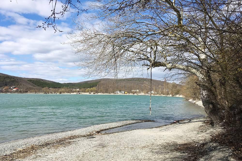На маленьком диком пляже красиво, но много мусора под деревьями