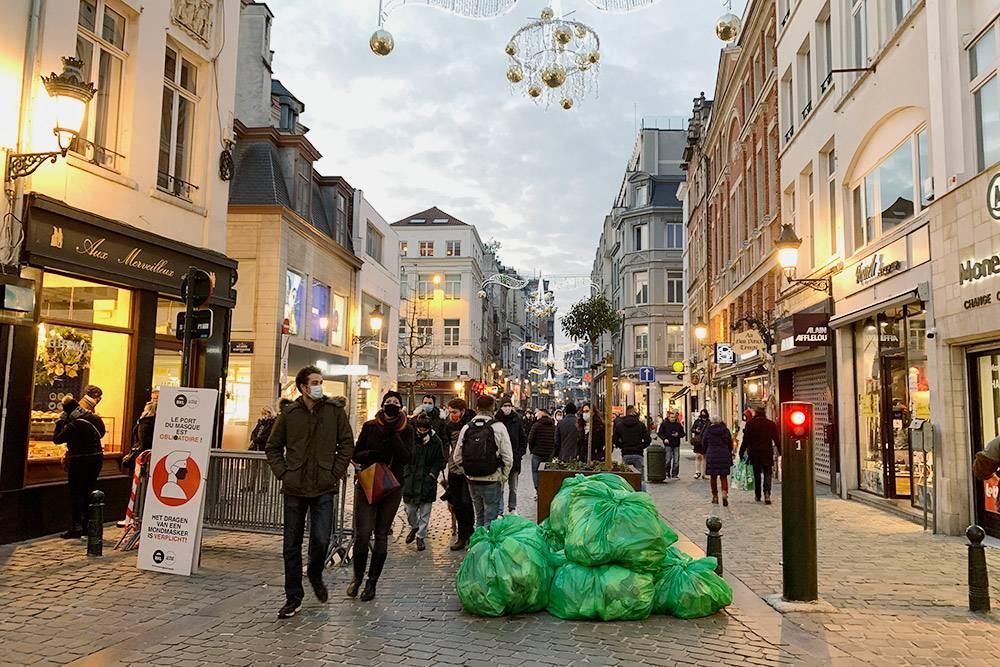 Магазины тоже оставляют мусор посреди улицы