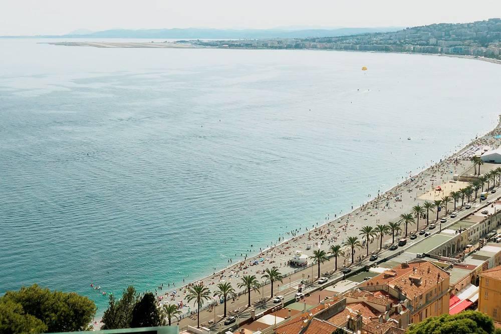 Вид на Английскую набережную и аэропорт с Замкового холма. Пляжи в Ницце галечные — не придется очищать вещи от песка
