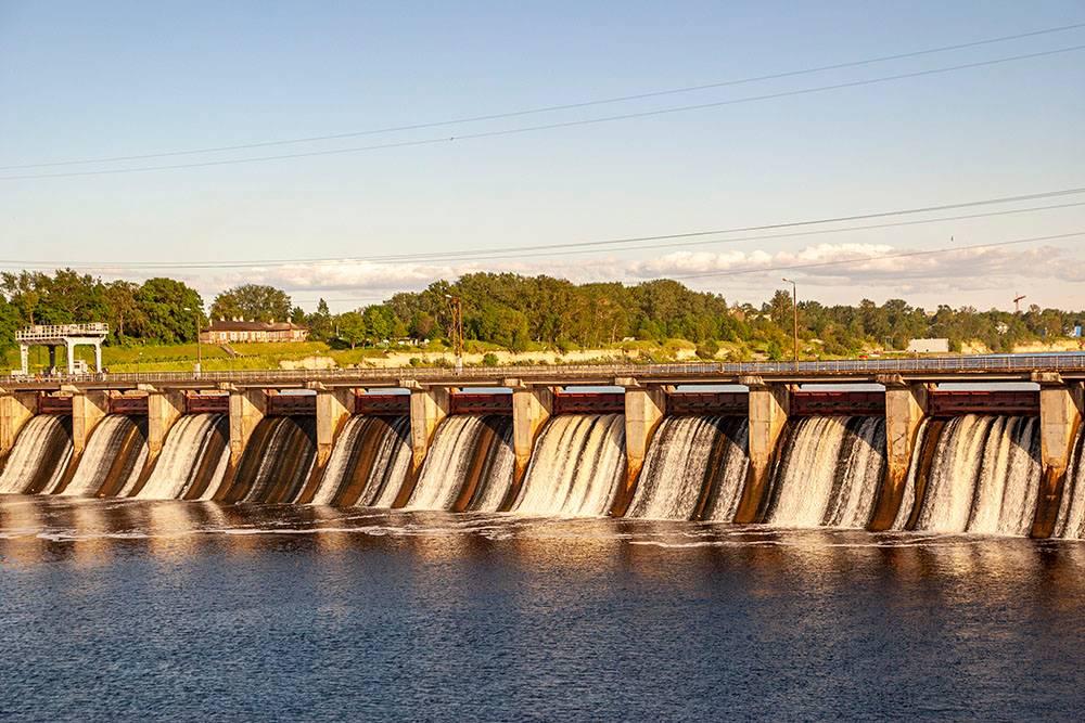 Неподалеку от крепости, в Волхове, есть гидроэлектростанция — одна из старейших действующих ГЭС в России. Ее построили в 1927 году