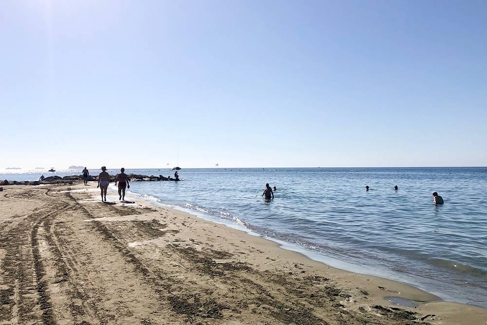 Летом перед работой успеваю съездить на пляж Дасуди в Лимасоле. В восемь утра тут в основном киприоты. Туристы подтягиваются позже