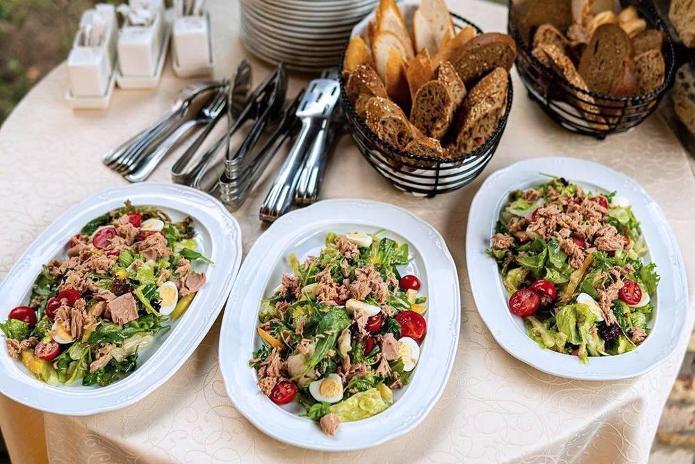 Вот один из трех салатов, которые у нас были. Это «Ницарда» с тунцом, сладким перцем, томатами черри и перепелиными яйцами. Фото: инстаграм кейтеринга