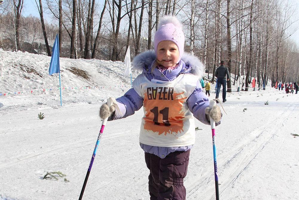 Начинающие лыжники тренируются в обычных зимних спортивных костюмах. Фото: Елена Клюкина