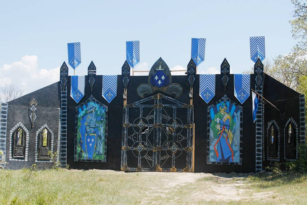 Так выглядели ворота Темерии накрымской ПРИ «Ведьмак» в2019году. Эти ворота тоже делала мастерская 31Cube Craft Studio, асами мастера играли затемерцев. Слева исправа отворот изображения потипу витражей, накоторых создатели постарались отразить основные события изистории Темерии. Источник: Саша Волк
