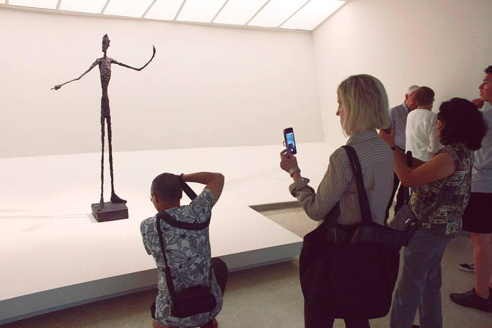 Посетители фотографируют скульптуру «Человек указующий». Всего в мире шесть подобных скульптур. Одну продали на аукционе «Кристис» за 141 285 000$ (9 211 782 000<span class=ruble>Р</span>)