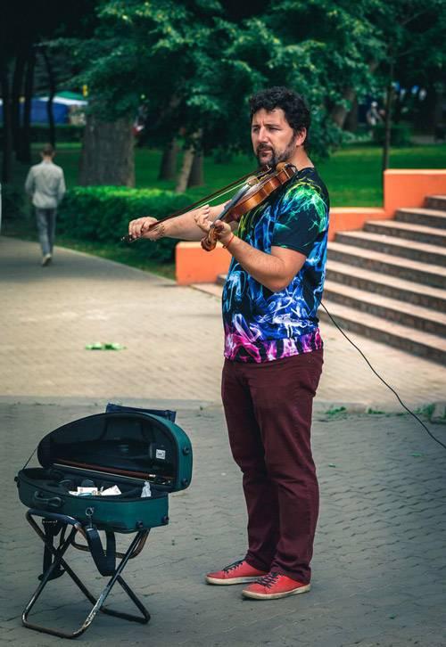 Вольный скрипач Саша Саввин из Воронежа играет на Дне города в Липецке. Жители многих городов России могли слышать его игру на праздниках в своем городе. Фото Вадима Шерезданова
