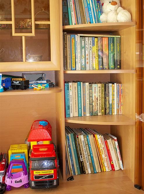 После переезда мы перенесли детские книги сыну в спальню — теперь у него есть своя библиотека