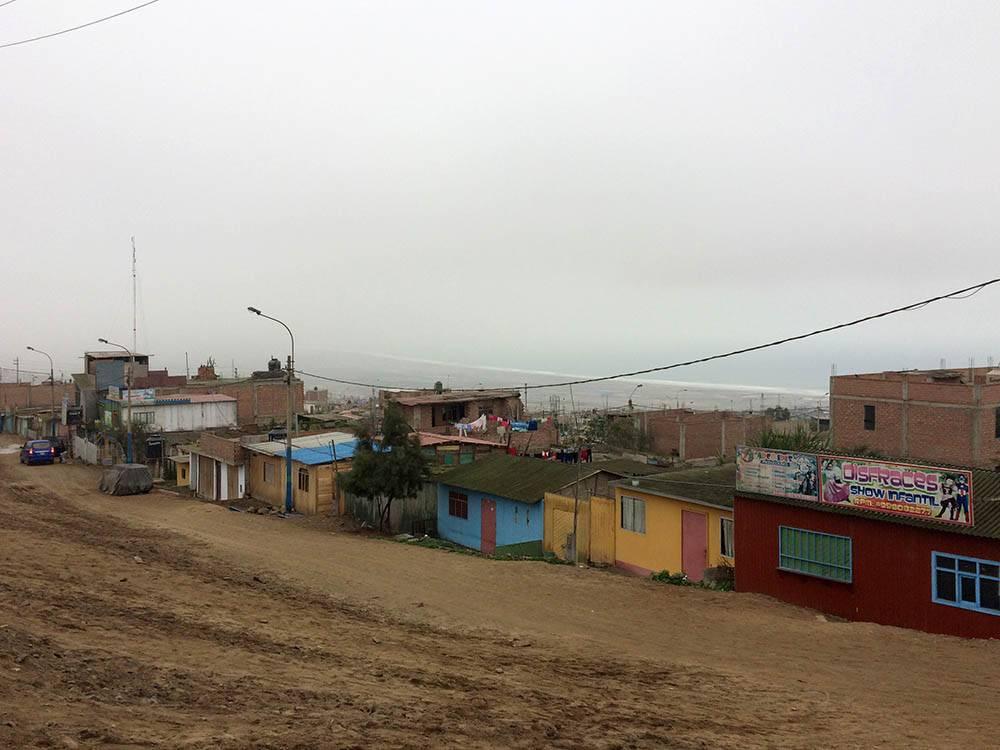 Бедные семьи с 4—5 детьми живут в бараках на окраине Лимы без водоснабжения и электричества. Туда тоже лучше не ходить