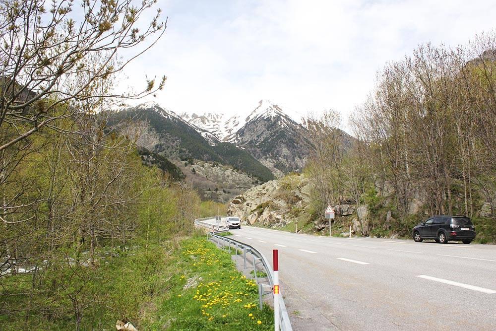 Горный серпантин на участке дороги Барселона — Тулуза: узкая дорога, резкие перепады высот и крутые повороты. Правда, и виды здесь невероятные