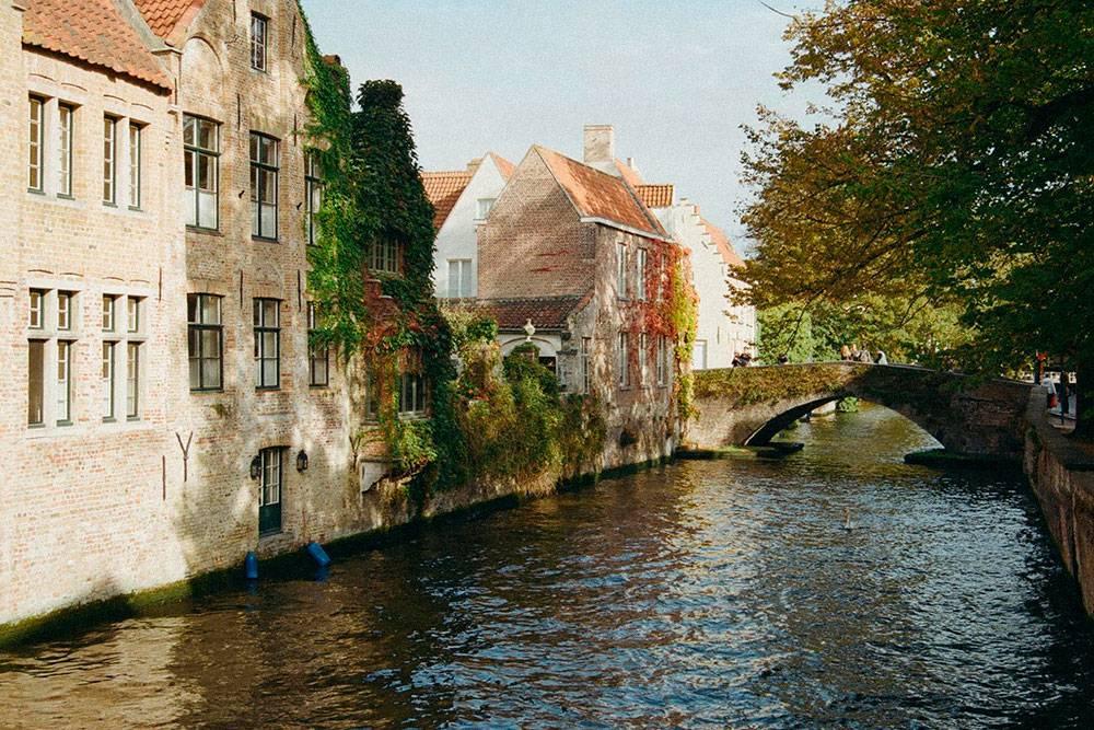 В Брюгге меня поразили старинные здания. Например, вдоль каналов стоят деревянные дома 1500года постройки. Фото: Анна Лесных