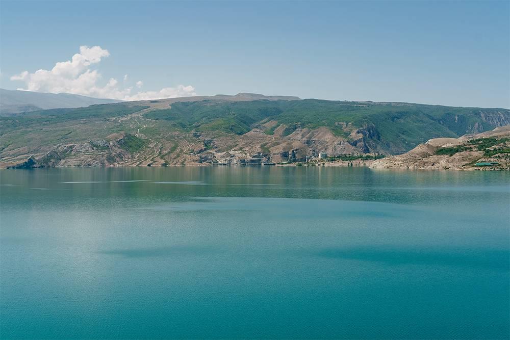 В солнечную погоду вода в Чиркейском водохранилище удивительного голубого цвета