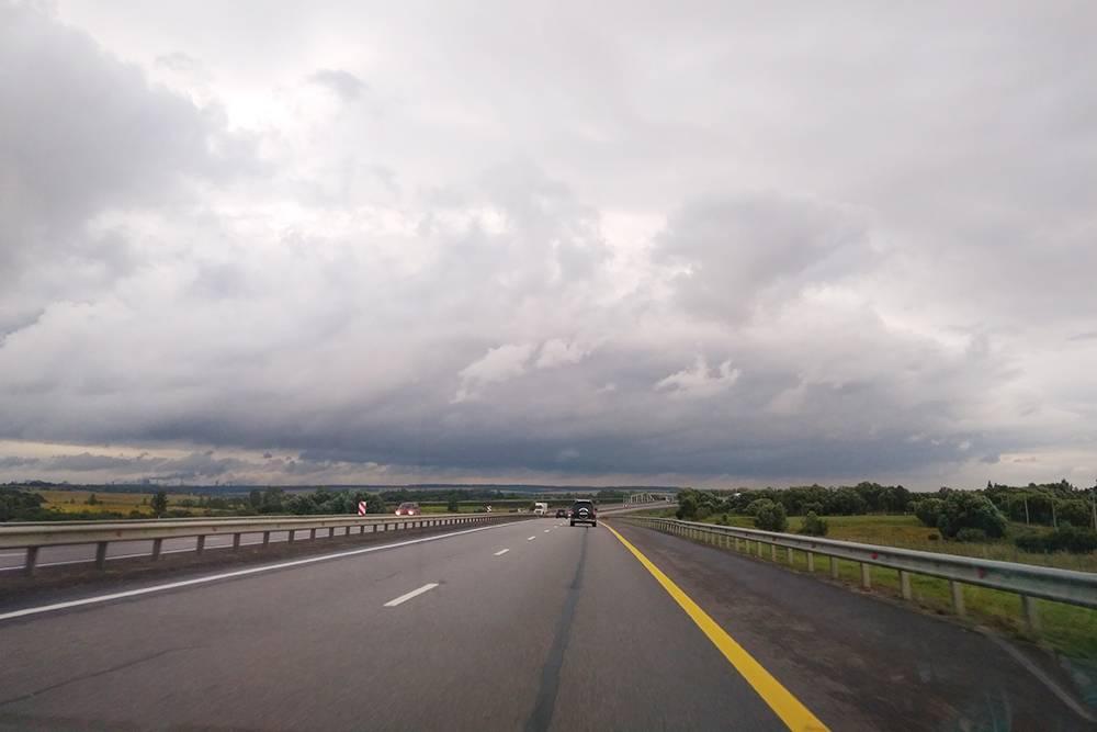 Почти на всех российских трассах хорошее покрытие, нет пробок и разрешена скорость от 90 км