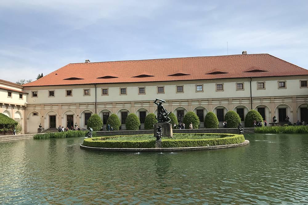 Вид на Вальдштейнский дворец и бассейн с карпами