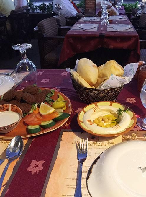 Мой ужин в «Рим-аль-Бавади»: хумус, фалафель и традиционный хлеб. Алкоголь продают только в барах и ресторанах при отелях